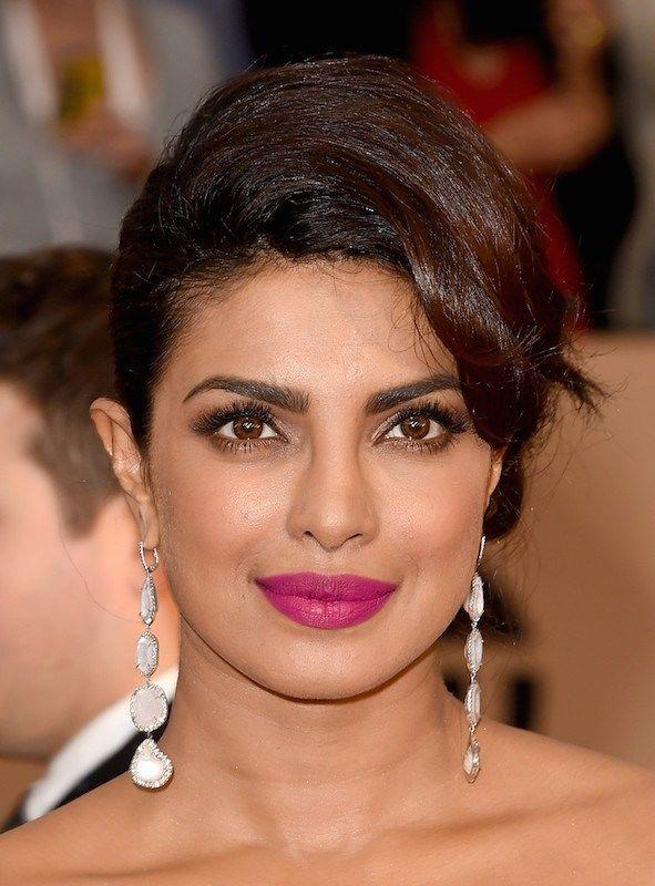 Priyanka Chopra è la regina del rosa indiano. Ed eccola con un look completo perfetto per accompagnarlo: base coprente e satinata, trucco occhi sui toni del marrone, shimmer, e ciglia finte. TOP!