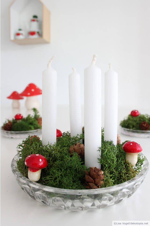Es muss nicht immer ein dicker Kranz mit Stumpenkerzen sein! Hier eine Mini-Variante aus Moos, Zapfen und Deko-Pilzen. Die Christbaumkerzen brennen zwar schneller ab, können dafür aber auch schnell wieder ersetzt werden. Die Idee ist in ca. 5 Minuten umgesetzt. … mehr