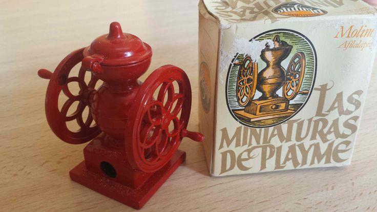 Sacapuntas marca Playme, en color y con su caja original. Hecho en España en los años 70-80. (Antique pencil sharpener) Cómpralo instantáneamente en Ebay: http://www.ebay.es/itm/Sacapuntas-antiguo-Molinillo-de-cafe-en-color-antique-pencil-sharpener-/122057578463?hash=item1c6b32d7df:g:ZZwAAOSwyDxXhlP-