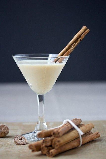 Cinnamon Bun Eggnog Martini - 15 Fun Christmas Drinks #Christmas