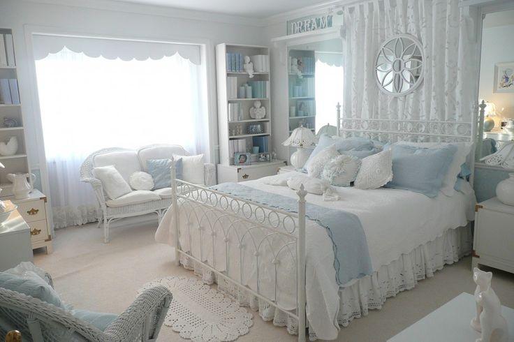 60+ идей интерьера белой спальни: элегантная роскошь (фото) http://happymodern.ru/belaya-spalnja/ Белая спальня в стиле прованс с голубыми акцентами в виде подушек и покрывала
