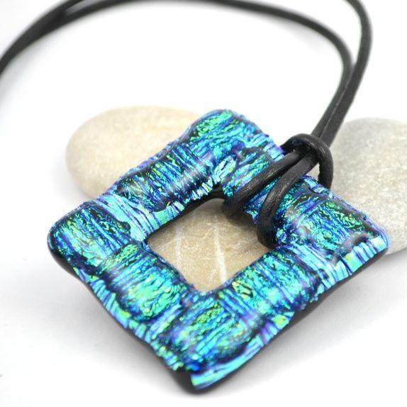 Firkantet halssmykke av turkise dichroic glass med striper
