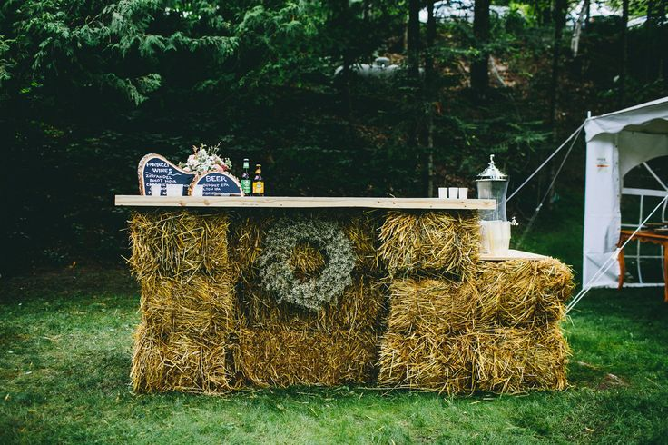 Hay bale bar leaner for the garden party. Easy, rustic & looks good