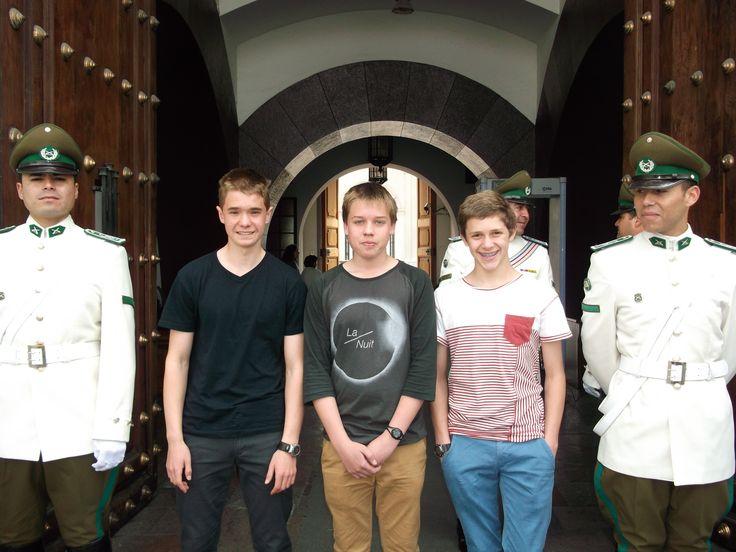 Mis amigos Timothy, Matt y Quentin en el Palacio de la Moneda el año pasado.
