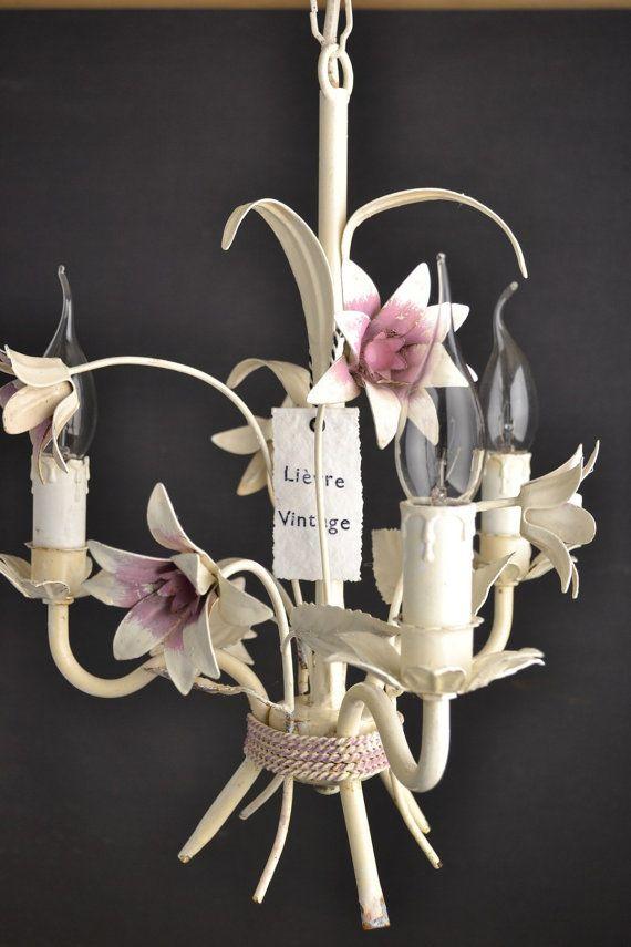 Schöne gemalte Toleware Kronleuchter mit rosa Blüten  Aus Eisen gefertigt. 3 Glühbirnen.  Verkabelung funktioniert perfekt.    Maße:  Höhe: