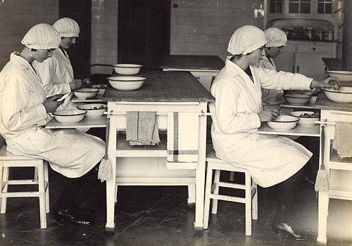 Landbouwhuishoudschool Moorslede - de bereiding van groenten in de keukenklas (1935)