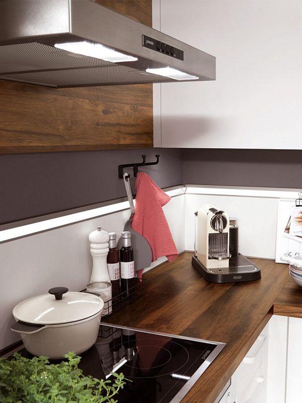 Helle Kuche Mit Edler Arbeitsplatte Wohnung Kuche Moderne Kuche Einbaukuche