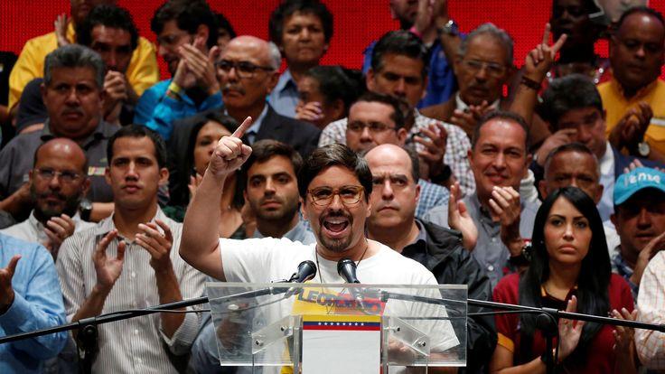 """La oposición venezolana decidió marchar el jueves, y no el miércoles como previsto, para coincidir con la instalación de una Asamblea Constituyente, un suprapoder que regirá el país por tiempo indefinido.       """"Atención: marcha contra el Fraude constituyente será este jueves, día que dictadura pretende 'instalar' el fraude"""", publicó en Twitter el dirigente Freddy Guevara.   #MADURO #MARCHAS"""