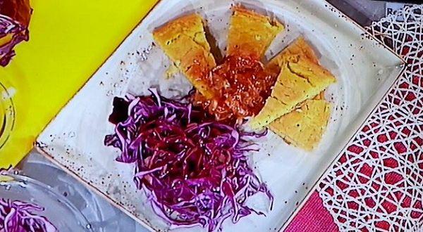 Ricette Marco Bianchi: frittata senza uova con cavolo cappuccio e cipolle caramellate