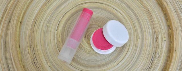 Zelf lippenbalsem maken. Je kan de kleur bepalen door je blush te gebruiken of oogschaduwpoeder of mica. Alle grondstoffen en mineralen vind je bij Druantia.be #diy