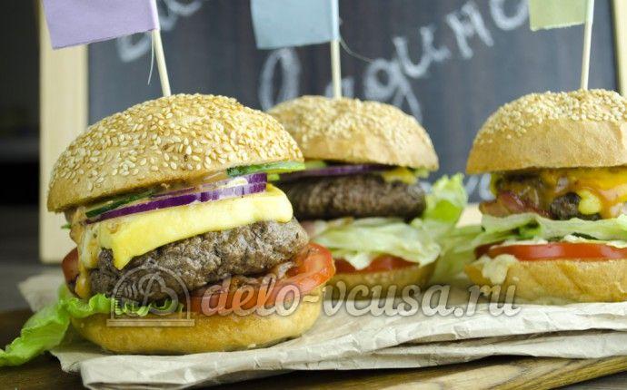Рецепт приготовления домашнего гамбургера с говядиной. Вы узнаете как: пожарить сочную котлету, приготовить ароматный соус и собрать бургер