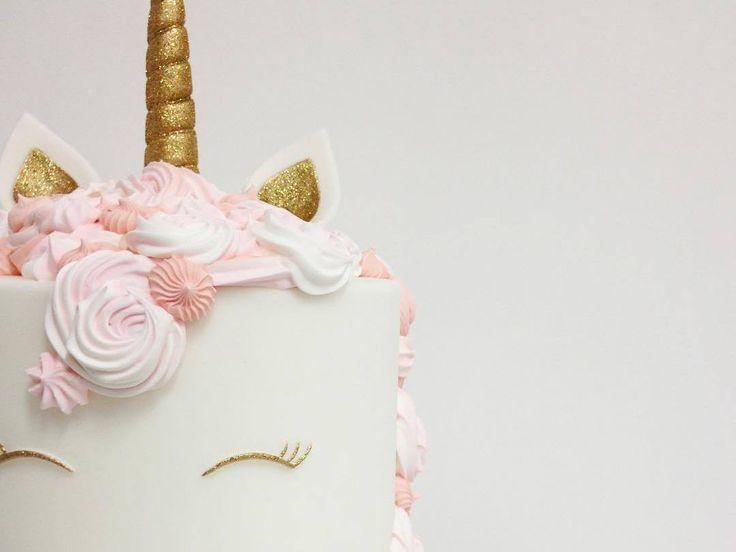 La licorne se décline dans tous les domaines, même en cuisine. La dernière tendance food consiste à donner à son gâteau l'apparence d'une licorne, avec glaçages multicolores et paillettes, bien sûr !