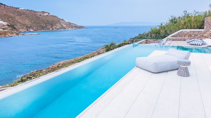 The Villa guests can pamper themselves with the panoramic and unobstructed sea views from Ornos bay until the bay of Mykonos town in absolute privacy.