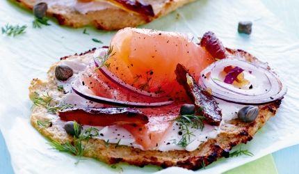 Pizza - lavkarbo oppskrift med blomkålbunn med laks og kapers | I FORM