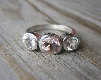 Anillo de piedras preciosas del morganite, encargo reciclado anillo de plata, deslustre gratis tres piedra diseño