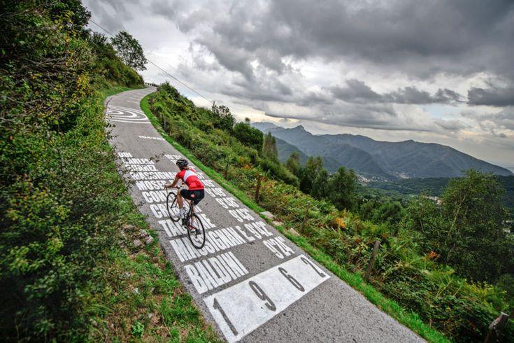 Som feriedestination har Comosøen i Norditalien hele pakken. Landskabet er postkortsmukt og gastronomien klassisk italiensk, og dykker man ned i historien, er der rigeligt at komme efter. Og så indbyder de omkringliggende bjerge til masser af udfordrende cykelture.