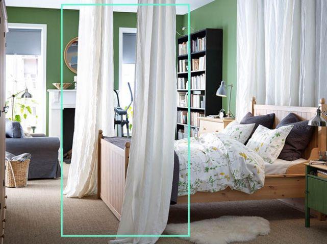 Studio avec lit deux places Ikea rideaux blancs