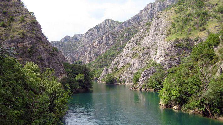 Matka Canyon (Republic Macedonia)  20 de poze deosebite cu canioane, adevarate sculpturi ale naturii - galerie foto.  Vezi mai multe poze pe www.ghiduri-turistice.info  Sursa : www.wikimedia.org