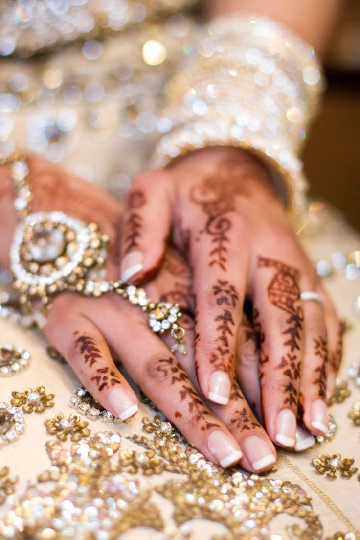 the henna looks so striking with the gold & crystals #love