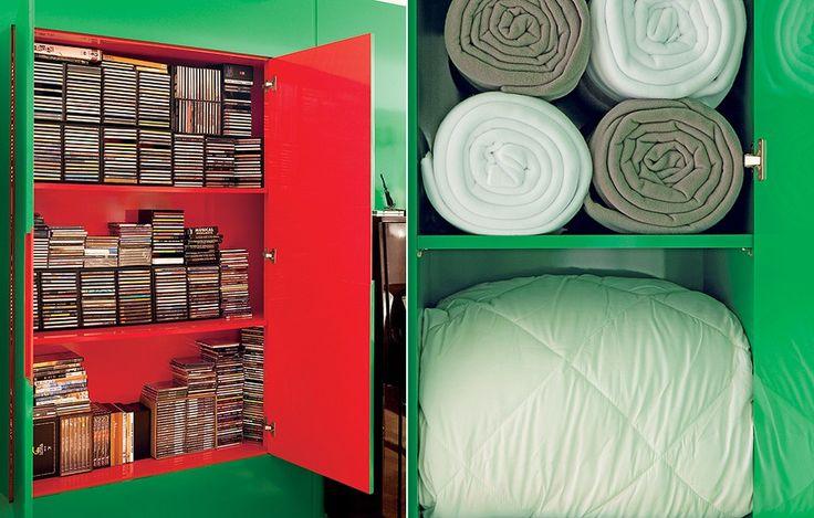 De um lado, CDs e DVDs. Do outro, roupeiro. Projetado pela arquiteta Nara Grossi, este armário organiza e tem uma surpresa: a parte interior é vermelha, apenas em um dos lados. A profundidade é de 30 cm para os discos e 45 cm para mantas e edredons