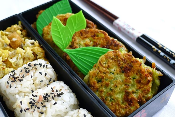 Beignets de courgettes  à la feta, onigiri  avec furikake et omelette brouillée  remplissent ma ...