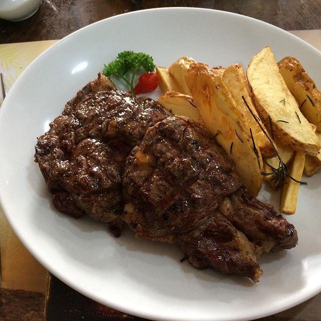 どどーん! 肉🍖! #ブラジル #サンパウロ #ランチ #昼ごはん #ステーキ #肉 #レストラン #brazil #brasil #saopaulo #sãopaulo #lunch #almoço #steak #grill #meat #carne #restaurant #restaurante #food #comida