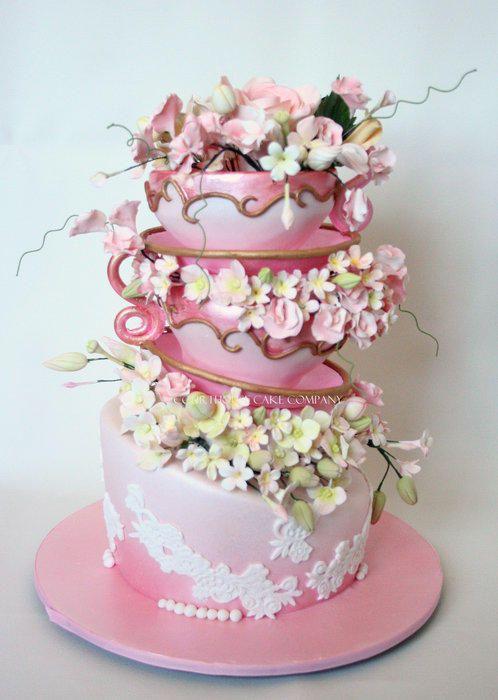 Teekupit ihastuttavat tässä veikeässä kakussa. #kakku #cake #topsyturvey