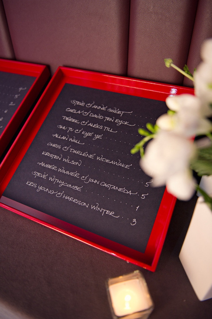 赤と黒の組み合わせもすてき。結婚式の赤い個性的な席次表のまとめ一覧♡