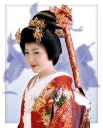 「尾長」江戸時代、大名の正妻だけに許された武家女性の最高位の髪型。髷を結上げず長く垂らしていることで、「尾長」とも呼ばれる。