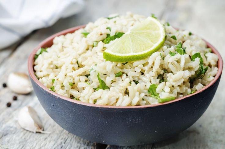 L'insalata di riso con tonno, zucchine e limone è un'alternativa alla ricetta originale, realizzata con pochi ingredienti dal sapore estivo e fresco. Ecco la ricetta