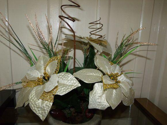 Arranjo de natal,feito em vaso de pedra sabão, com bico de papagaio e sementes sêcas naturais e envernizadas. R$ 85,00