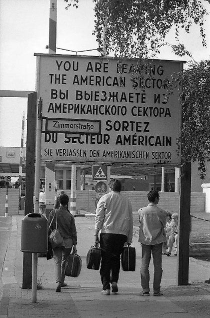 Checkpoint Charlie 1988  Berlin (West), Grenzübergang Checkpoint Charlie. (Bundesarchiv, B 145 Bild-F079005-0022, Fotograf: ohne Angabe) © Bundesarchiv Koblenz