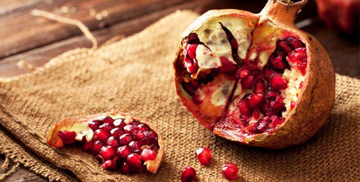 Il melograno è conosciuto per il suo frutto ricchissimo di elementi antiossidanti, come flavonoidi, tannini, vitamine e sali minerali. Recenti studi hanno evidenziato anche un azione anti-tumorale da parte di una sostanza contenuta nella melagrana, l'acido ellagico. http://dietagrupposanguigno.altervista.org/melagrana-regina-antiossidanti/