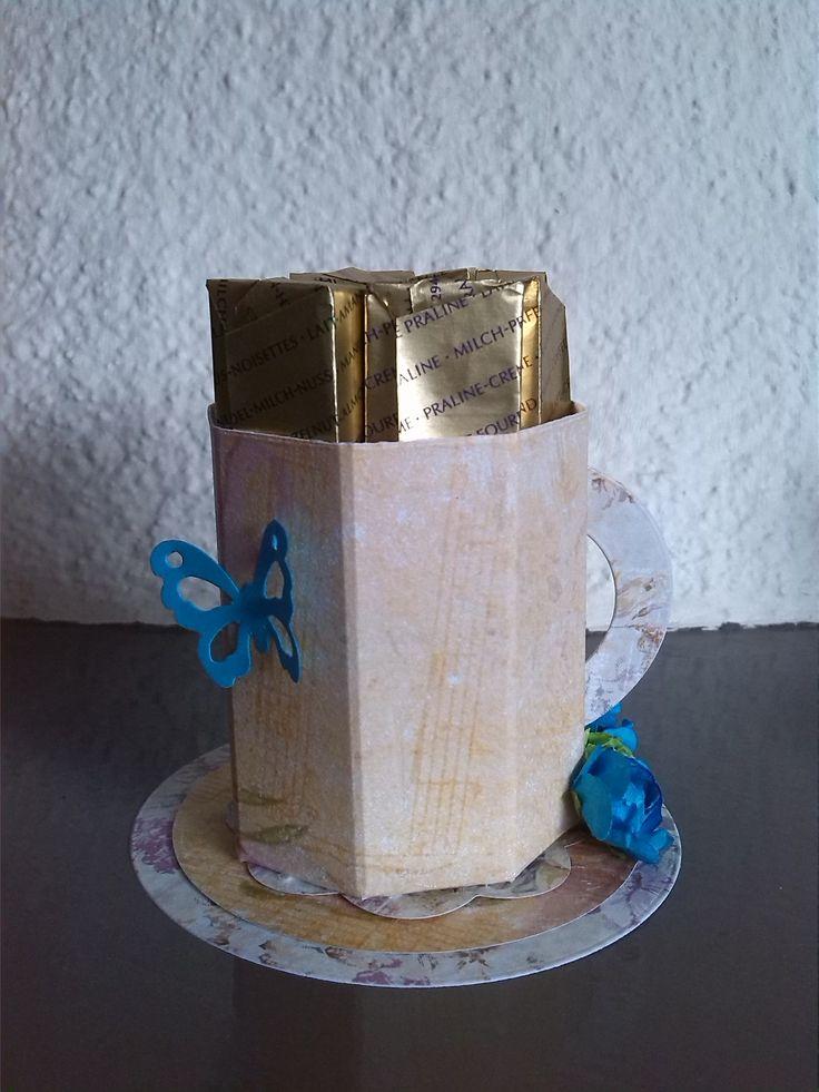 Traktatie voor de juf! Een koffiekopje, gemaakt met de Scor-Pal, gevuld met Merci (30-06-2014).
