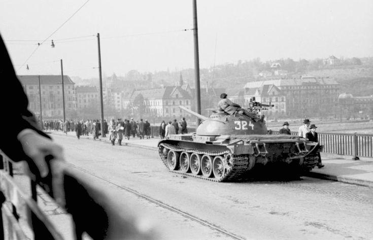 Szovjet T-54 harckocsi a Margit hídon 1956. november 4. után