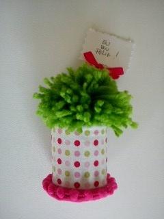 Manjerico feito em lã, em vasinho forrado a tecido e decorado, com frase feliz... estes manjericos ao menos não murcham :)