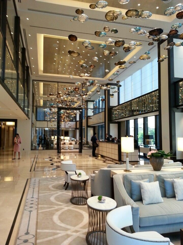 Hotel lobby waiting area the langham chicago family for Decor hotel sucha beskidzka