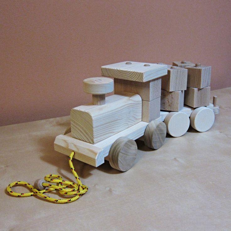 MATYLDA+4x4-+vláček+ze+dřeva+MATYLDA+4x4+je+o+něco+menší+obdoba+MATYLDY+-+ručně+vyrobený+vláček+zmasivního+smrku+sbukovými+kostkami.+Vláček+se+skládá+z+mašinky+a+libovolného+počtu+vagónků+skostkami,+které+se+při+tahání+za+šňůrku+otáčejí+a+vytváří+tak+úžasný+efekt+mechanické+hračky.+Rozměry+mašinky+jsou19,5x12x14,5+cma+obsahuje+4+kostky.+Rozměry...
