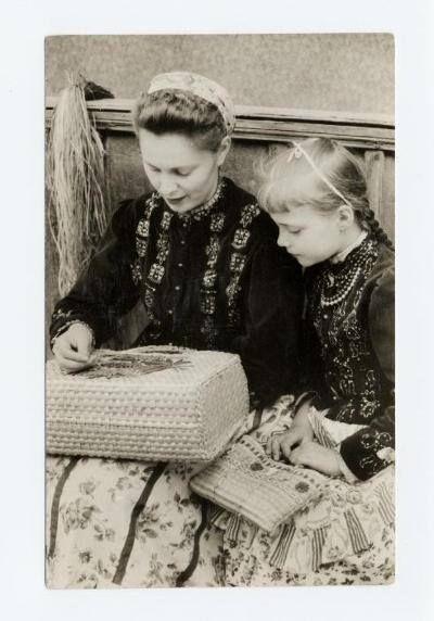 Anya és kislánya gyékény szatyrokkal. Szeged 1960. Móra Ferenc Múzeum