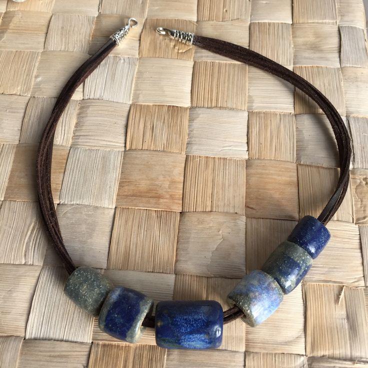 Modré+keramické+korále+Ručně+modelované+keramické+korále+navlečené+na+hnědých+kůžičkách.+Délka+kůžiček+je+cca+54+cm.