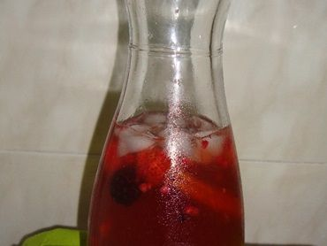 Sangria de champagne com frutos vermelhos