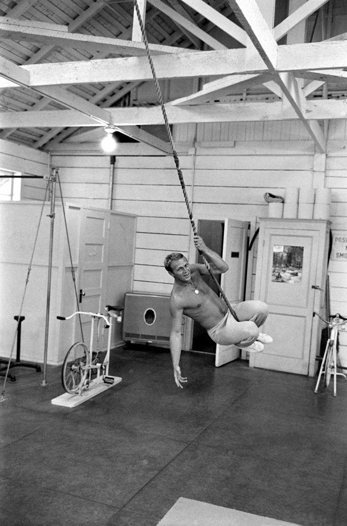 "Steve McQueen ""King of Cool"", se balance au bout d""une corde © Copyright John Dominis"