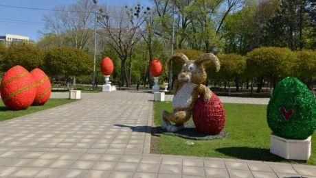 Flori, ouă gigant, lumânări, îngeri şi iepuraşi! Capitala a îmbrăcat STRAIE DE SĂRBĂTOARE