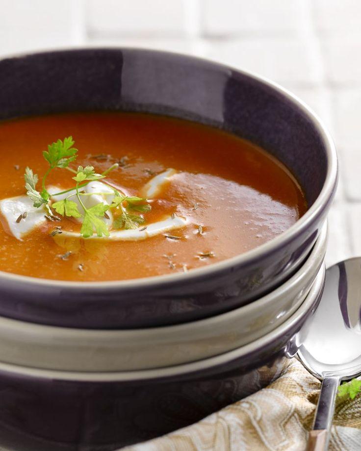 Eenvoudige wortelsoep geef je een Marokkaanse twist door er het aromatische kruid komijn aan toe te voegen. Yoghurt zorgt voor de perfecte afwerking.