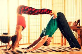 Resultado de imagen para posiciones de yoga de pareja