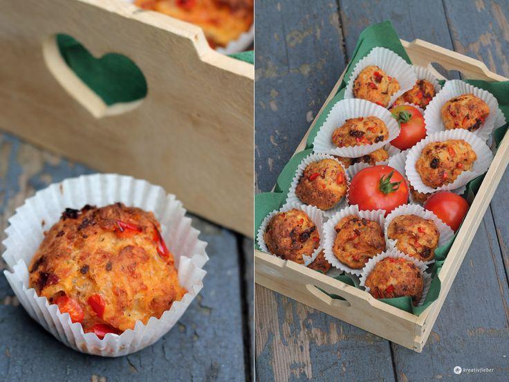 Pizza Muffins – Das braucht ihr  Der Teig reicht für ca. 24 kleine Pizza Muffins. Ich habe sie in Papierförmchen in meinem Muffinblech gebacken. Für den Grundteig      250 Gramm Quark     2 Esslöffel Öl     1 Ei     300 Gramm Mehl     1 Päckchen Backpulver     1 Teelöffel Salz     1 Teelöffel Oregano     1 Teelöffel italienische Kräuter     200 Gramm Raspelkäse (Emmentaler)  Außerdem  Theoretisch könnt ihr eure liebsten Pizza Zutaten in dem Teig verarbeiten. Je nach Flüssigk...