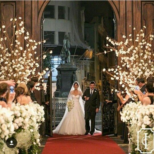 Linda decoração da igreja! #casamento #decor #flores #cores