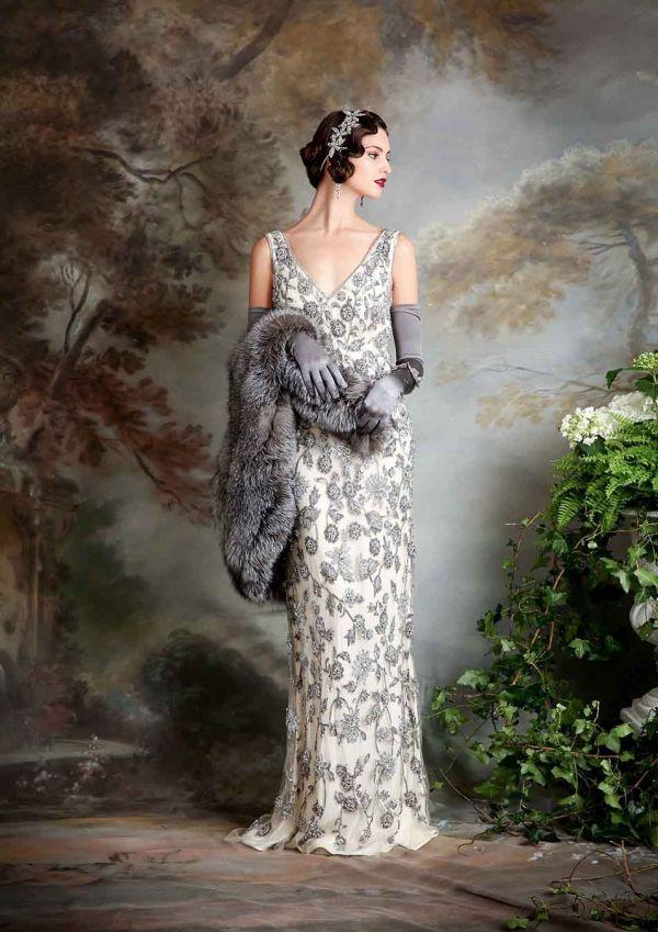 b3321f006 (Foto 21 de 23) Sophia  Traje de noche estilo vintage con bordados de  flores y boa en plata a juego