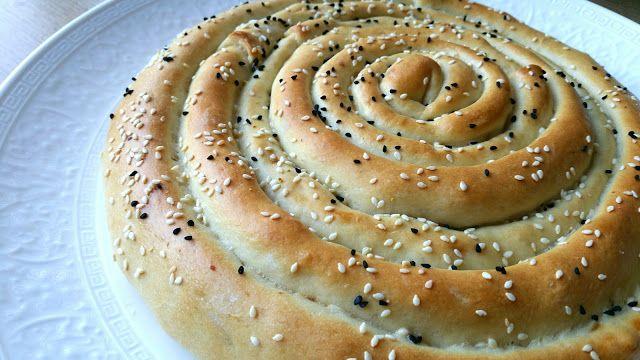 Deze mhancha (opgerolde slang) van brood deeg stond al tijden op mijn baklijstje en nu kwam het er eindelijk eens van. Het lijkt veel moe...