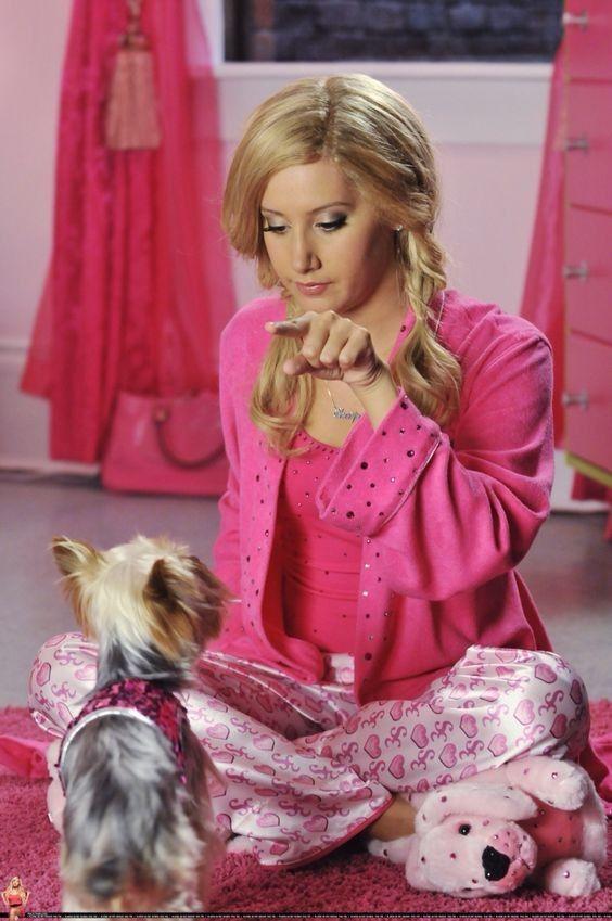 Nunca olvidaremos a la súper diva de Disney, Sharpay Evans interpretado por Ashley Tisdale. Sin duda, su estilo impuso una moda Pink, que todas las niñas fashionistas amamos al verla en High School Musical ¡Checa los mejores looks de Sharpay Evans!